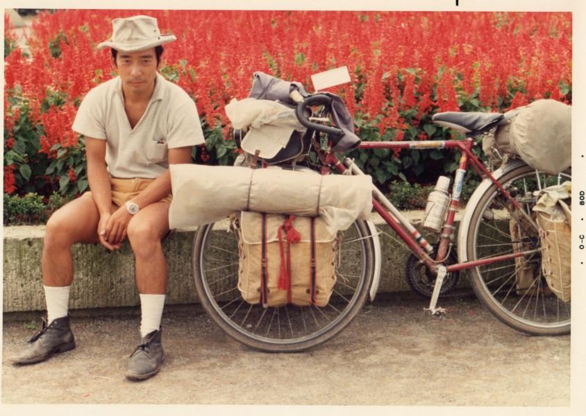 サルビア花壇と自転車(1970年9月福井市内の公園で)