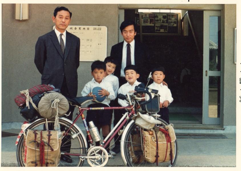 校長先生と子供たち(1970年5月鳴門市林崎小学校で)